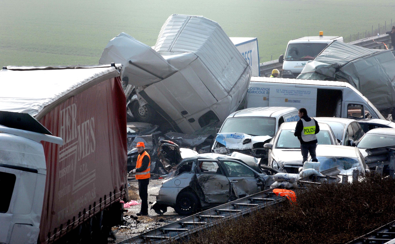 un grave incidente in autostrada con molti veicoli accartocciati