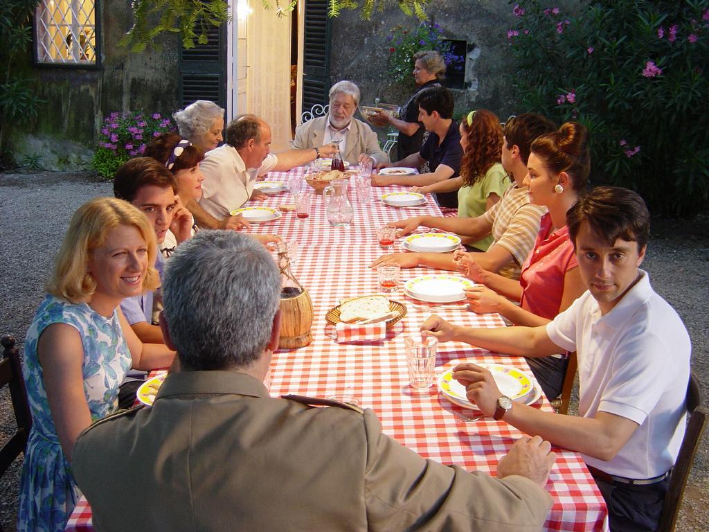 L italiano stressato a tavola e il cibo bio gli va di traverso - Tredici a tavola superstizione ...