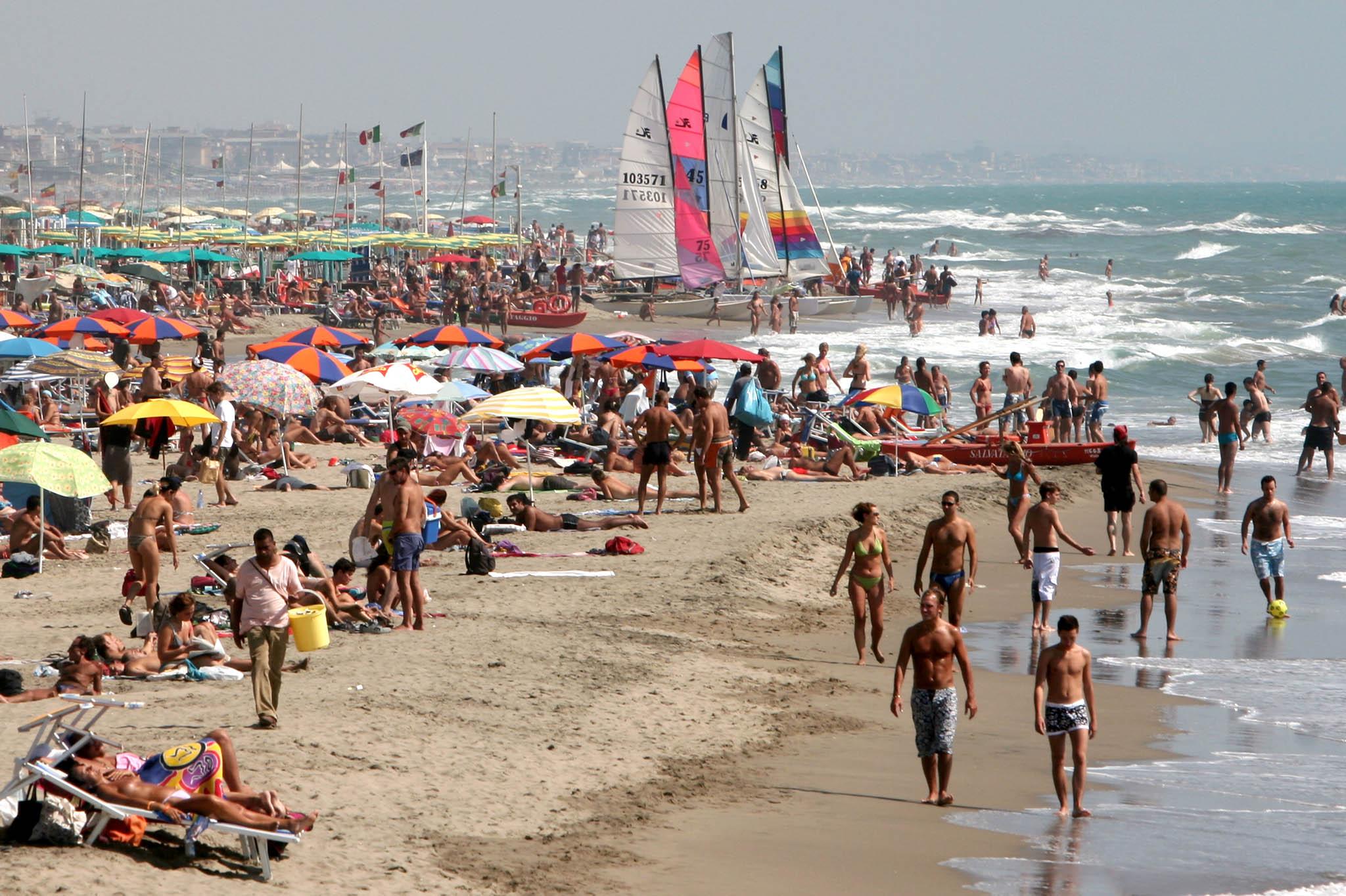 Matrimonio In Spiaggia Ostia : Ostia baci sulla spiaggia omosessuali allontanati e l
