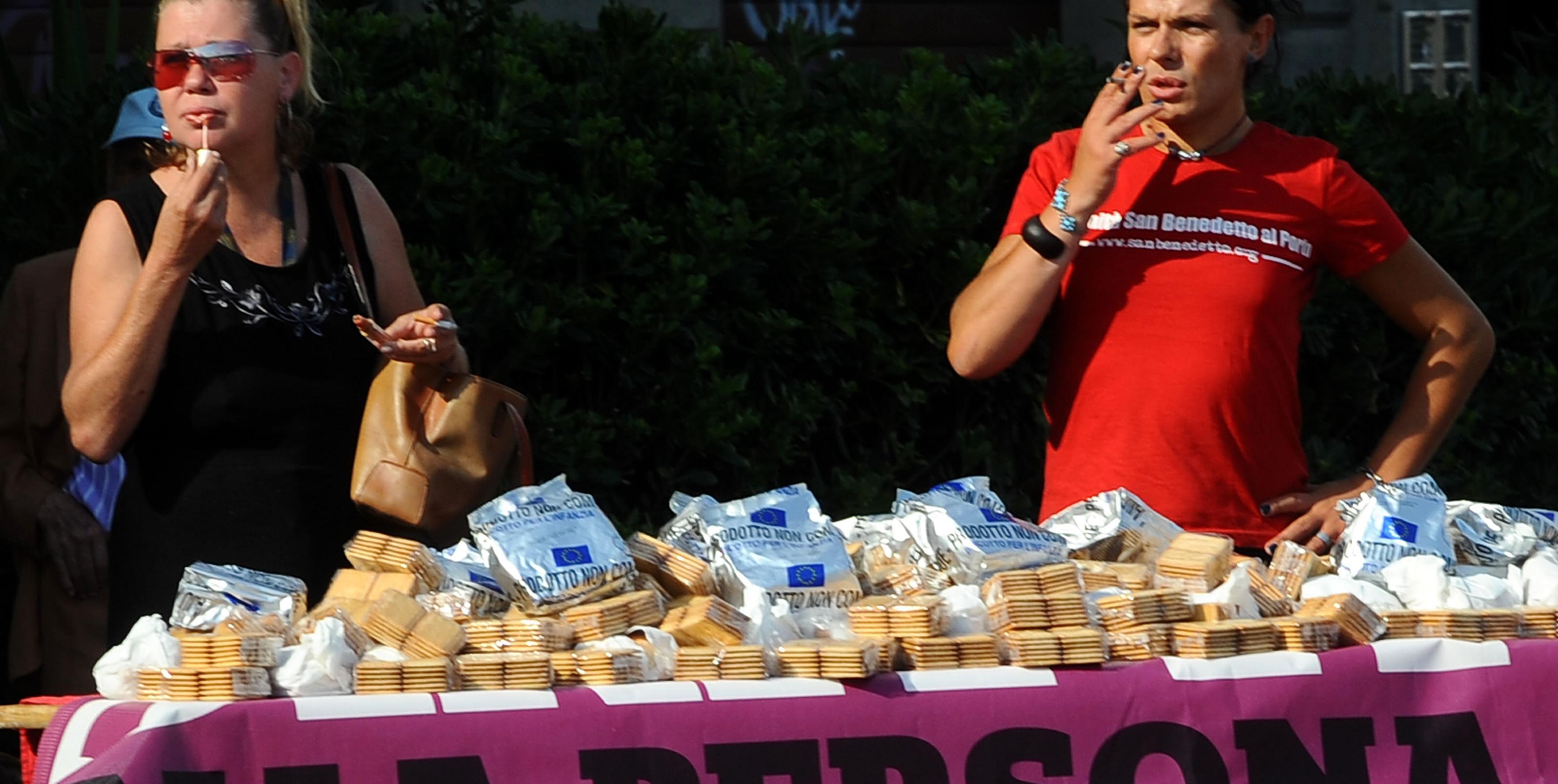 E don gallo regala ai compagni i biscotti per i bambini poveri - Tavole massoniche per compagni ...