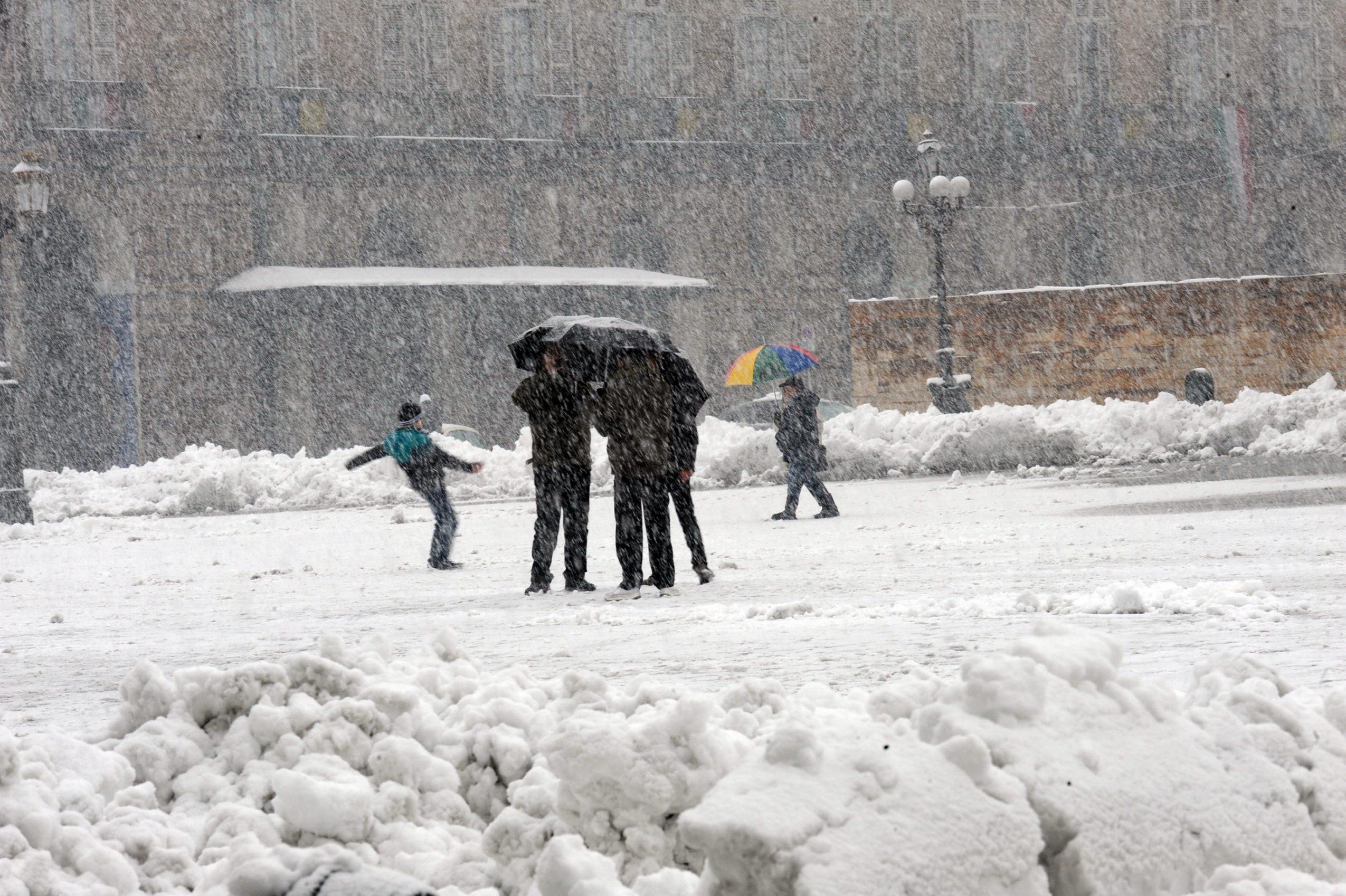 Allerta neve al centro sud a roma chiuse scuole e uffici for Centro uffici roma