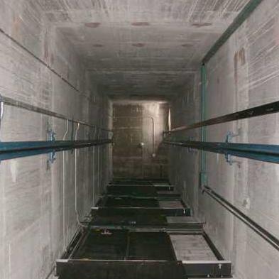 Ascensore precipita per tre piani quattro persone vive per for Piani a quattro piani