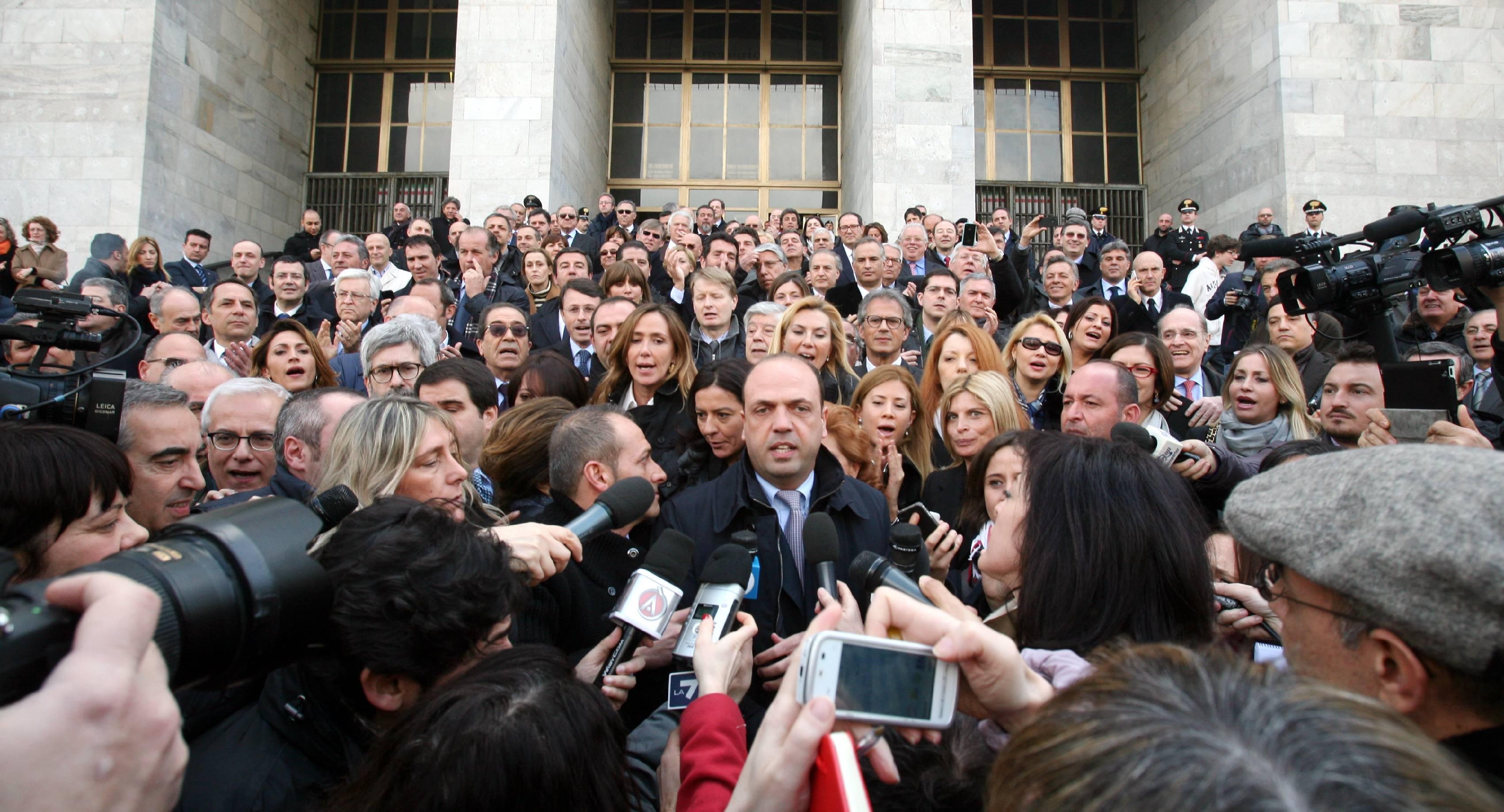 I parlamentari del pdl davanti al tribunale di milano for Numero senatori e deputati in italia