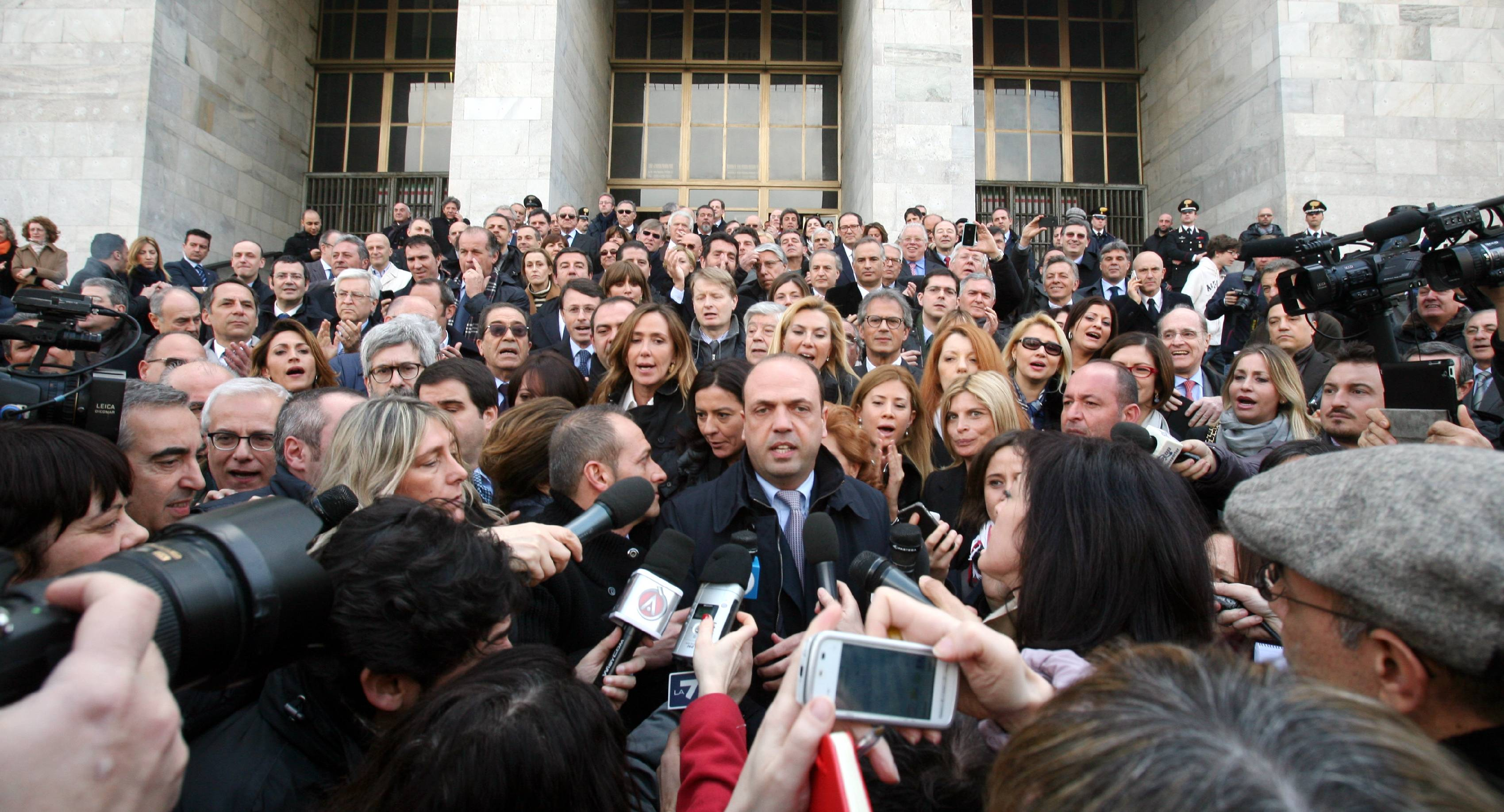 I parlamentari del pdl davanti al tribunale di milano for I parlamentari