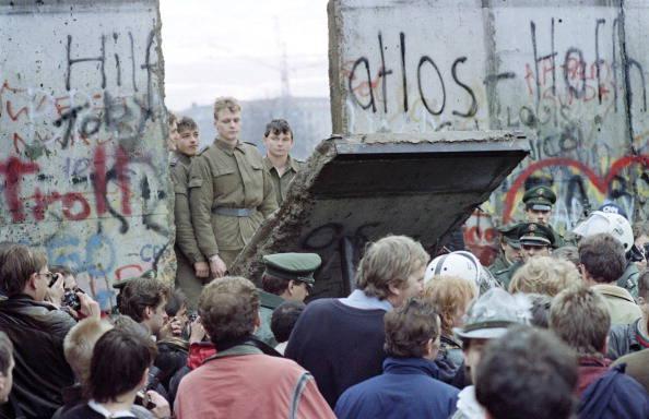 Risultati immagini per caduta del muro di berlino