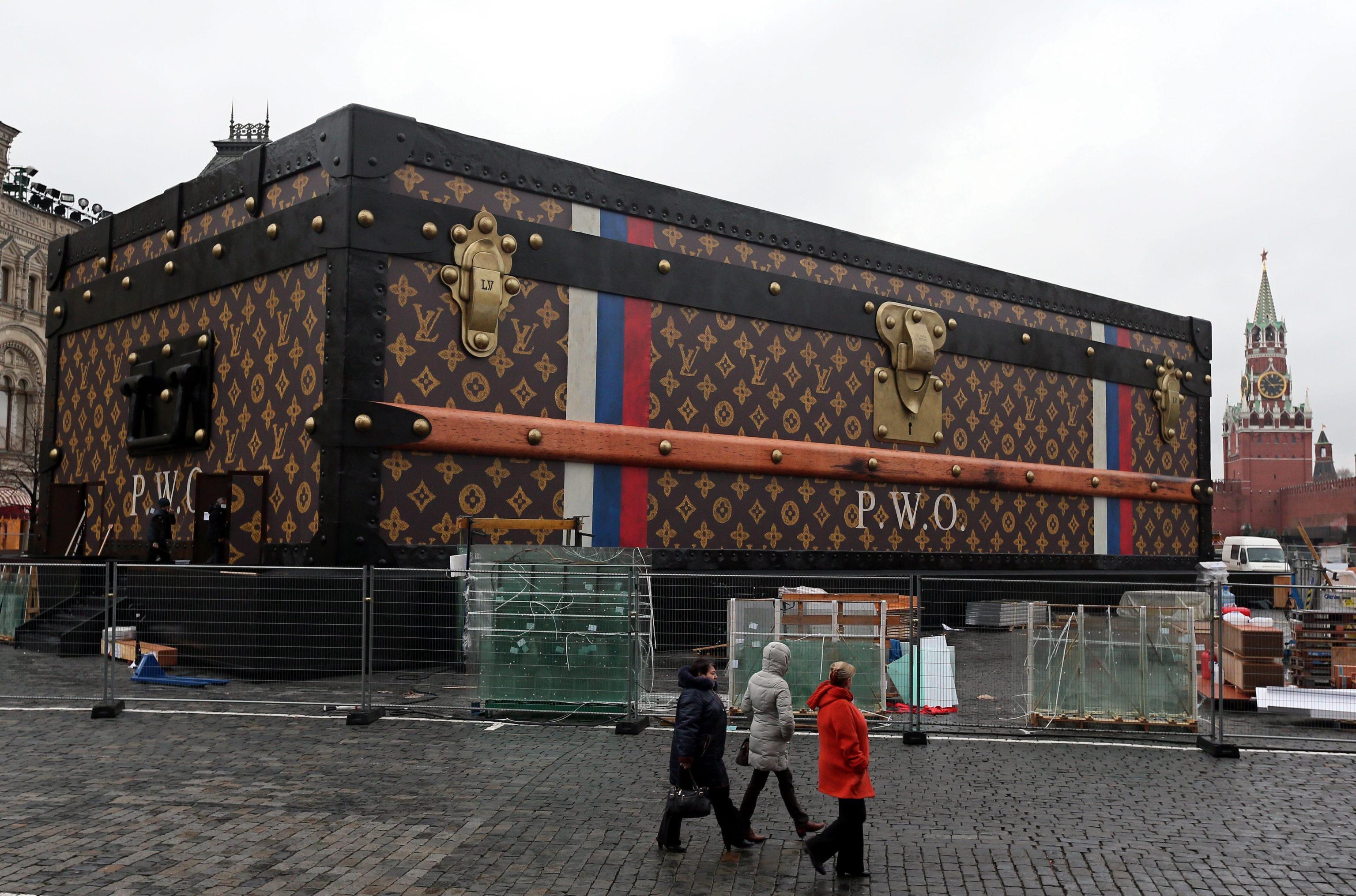 La maxi-valigia Louis Vuitton nella piazza Rossa di Mosca fa infuriare i comunisti russi