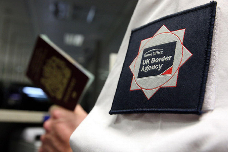 """Londra usa il pugno duro con gli immigrati: """"Niente cure senza passaporto"""""""