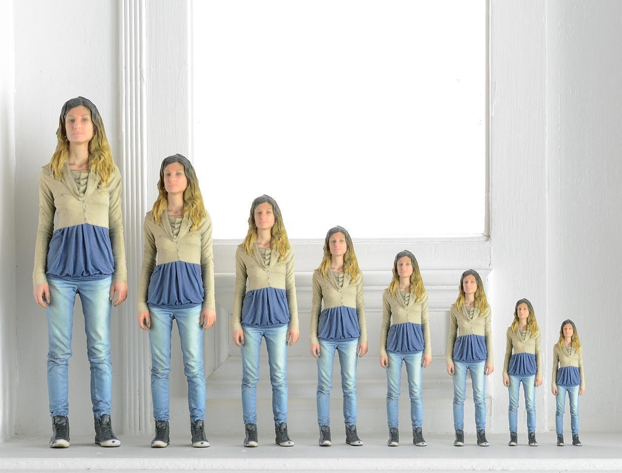 Tutti in coda per farsi fare la statua - Bambini che si guardano allo specchio ...