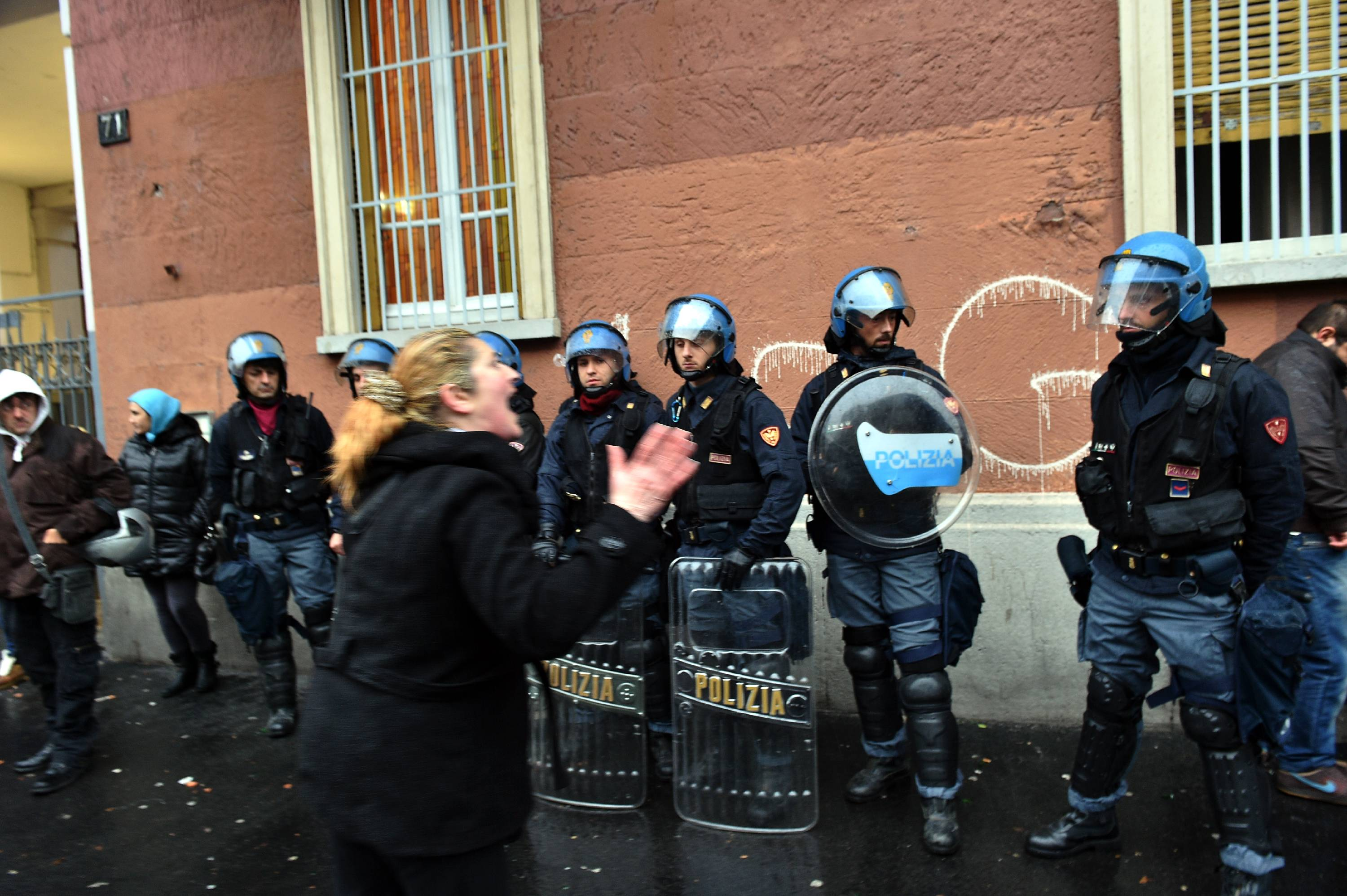 Sgombero casa occupata polizia aggredita for Prova dello specchio polizia youtube