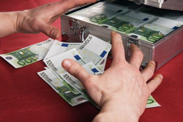 """Banca """"regala"""" a un pensionato 44mila euro. Poi gli porta via tutti i beni"""