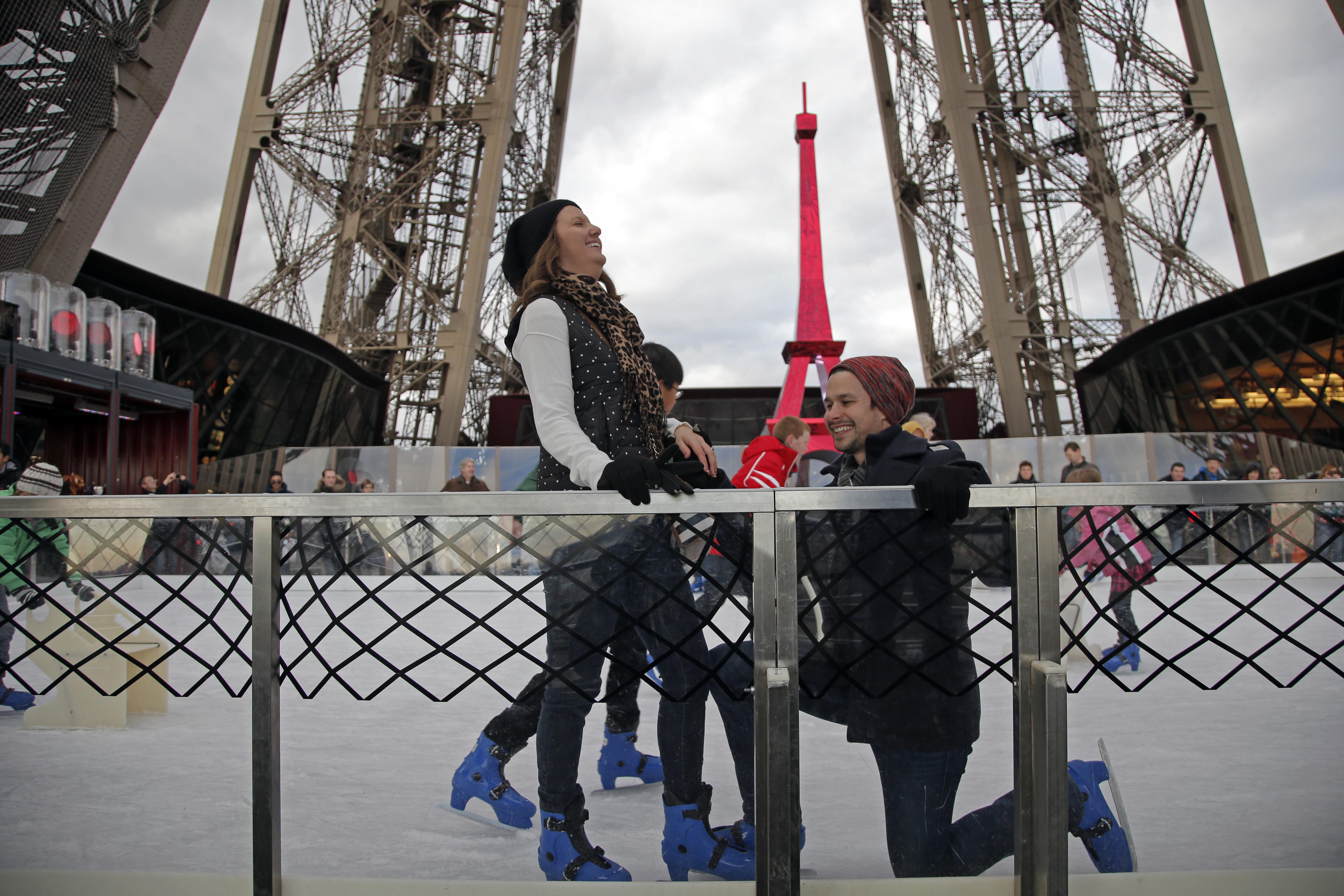 Matrimonio In Parigi : Parigi proposta matrimonio in cima alla torre eiffel