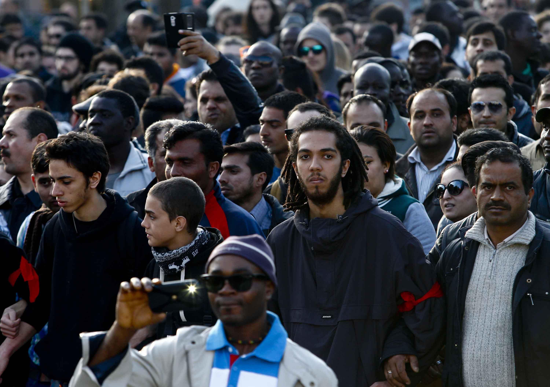 Brescia, 2mila immigrati sfilano per ottenere il permesso ...