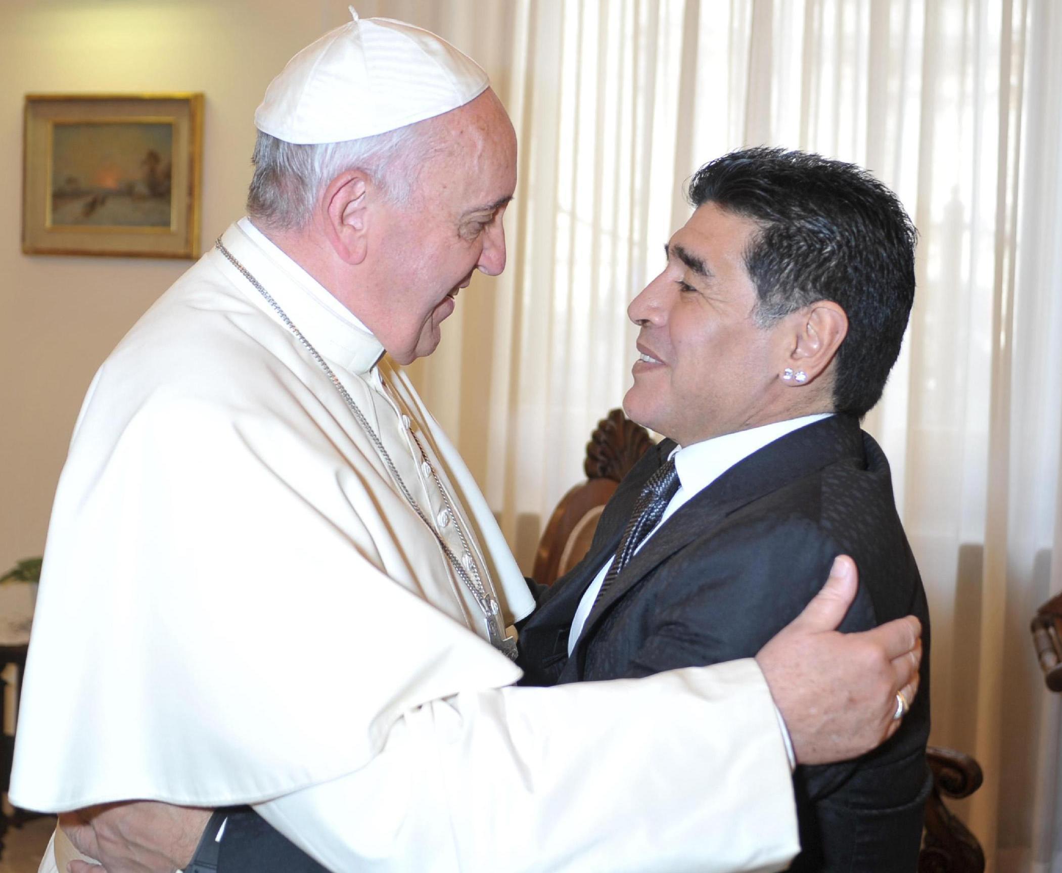 Maradona da Papa Francesco per la pace e la guerra a ...