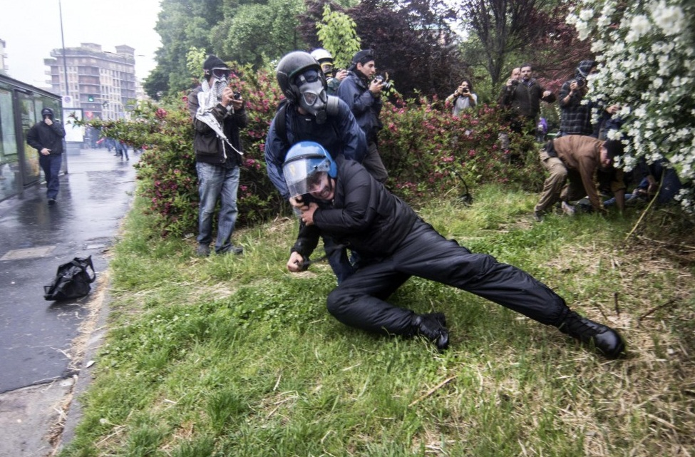 La polizia contro alfano scarica sulla piazza i suoi for Prova dello specchio polizia youtube
