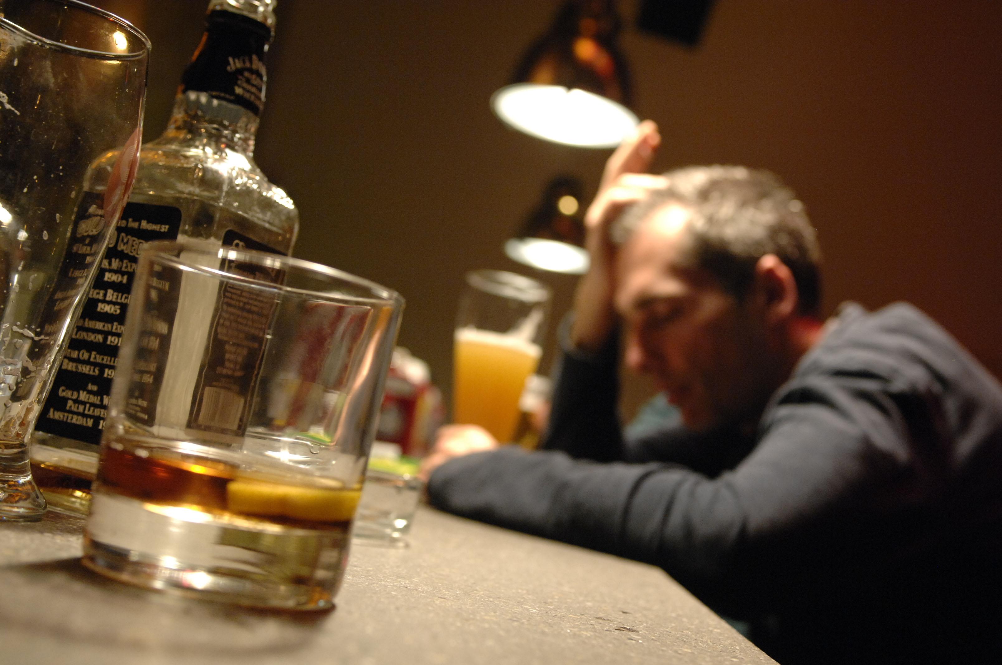 Come convincere la persona è trattato lalcolismo