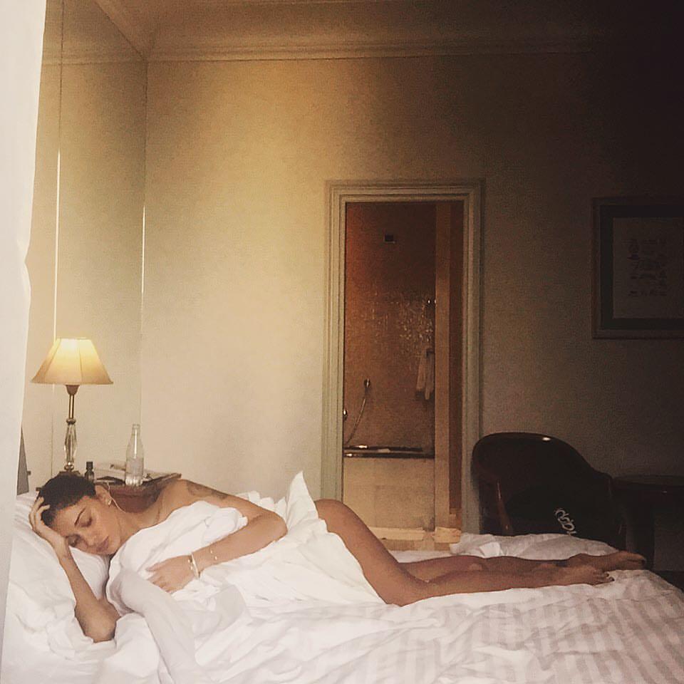 Belen rodriguez ha l 39 influenza su facebook la foto mezza nuda - Immagini innamorati a letto ...