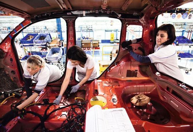 Fiat, operaie contro le tute bianche: Ci umiliano, si