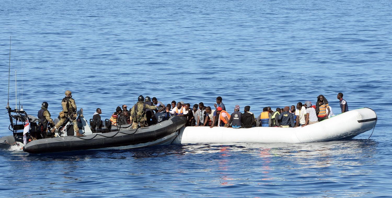 Questi poveri profughi: sta male appena sbarcata perché si è fatta il lifting