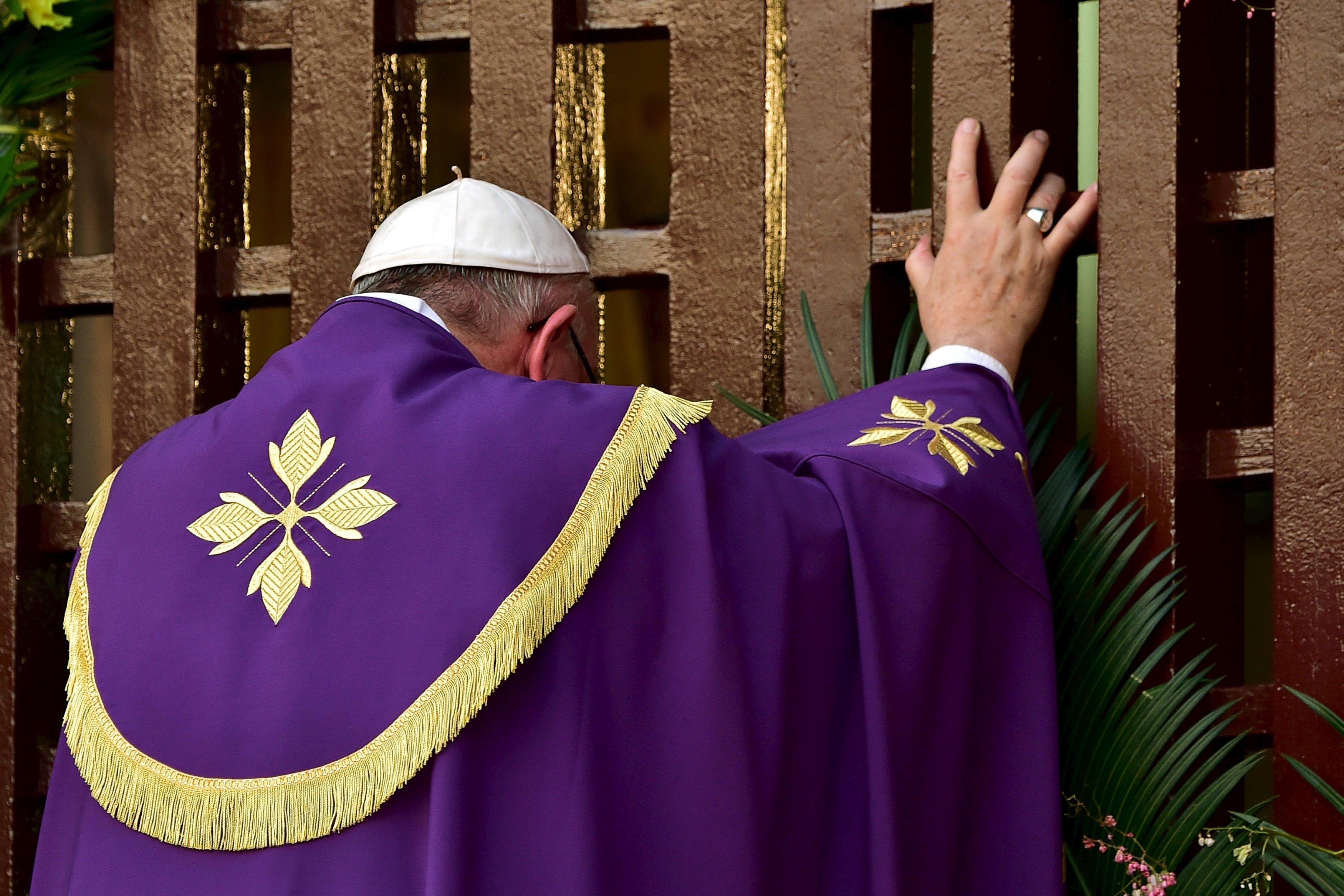 Papa francesco in centrafrica apre la porta santa del giubileo - Immagini porta santa ...