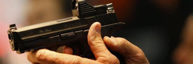 Finge di essere di Squadra Antimafia: spara alla fidanzata
