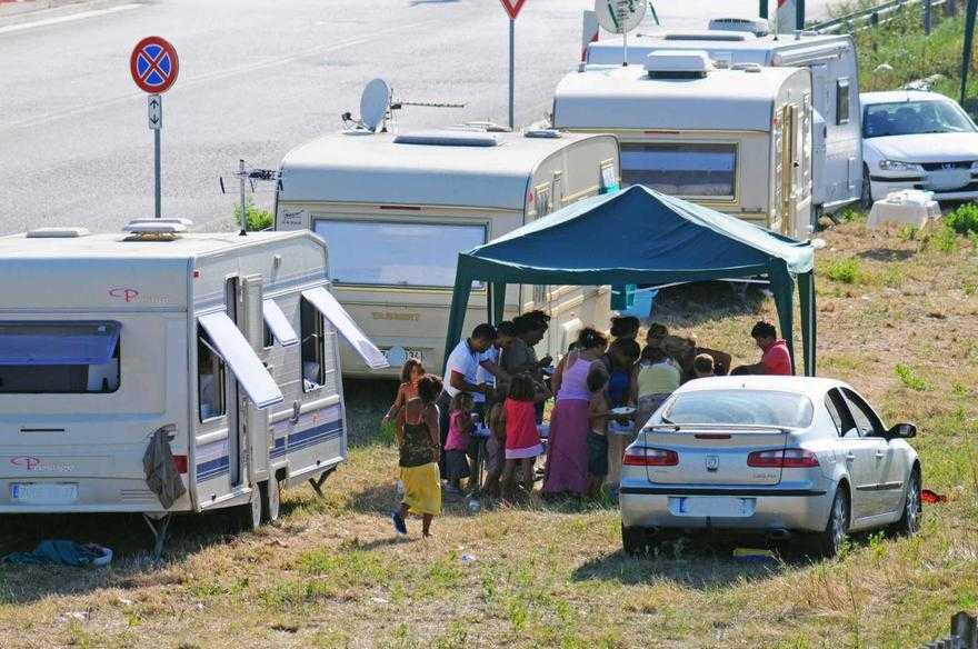 Roma, la Raggi spende 12 milioni per i campi rom