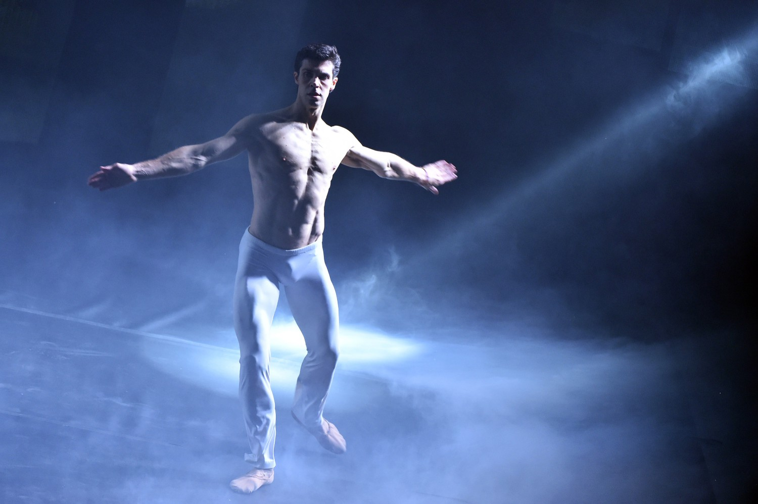 Sanremo, Roberto Bolle sul palco dell39;Ariston balla i Queen