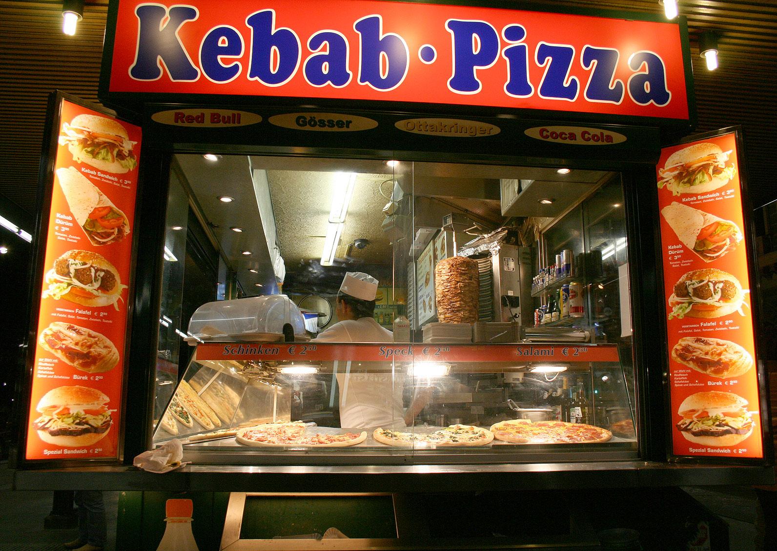 Arabo inneggia a Hitler, scoppia la rissa nel kebab