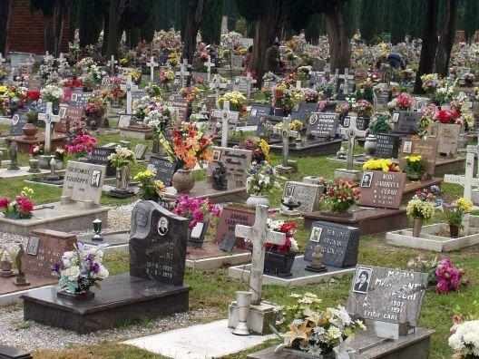 Scambio di salma a Milano: figlia prega per 16 anni sulla tomba sbagliata del padre