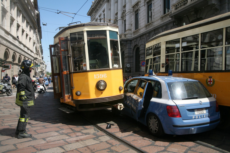 Auto della polizia prova a sorpassare tram alla scala for Prova dello specchio polizia youtube
