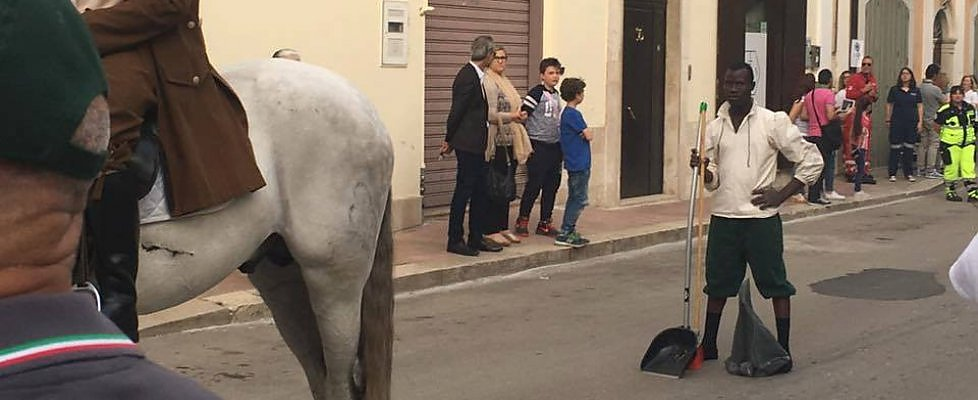 Comune rosso in festa invita i profughi solo a pulire lo sterco - Cavalli allo specchio ...