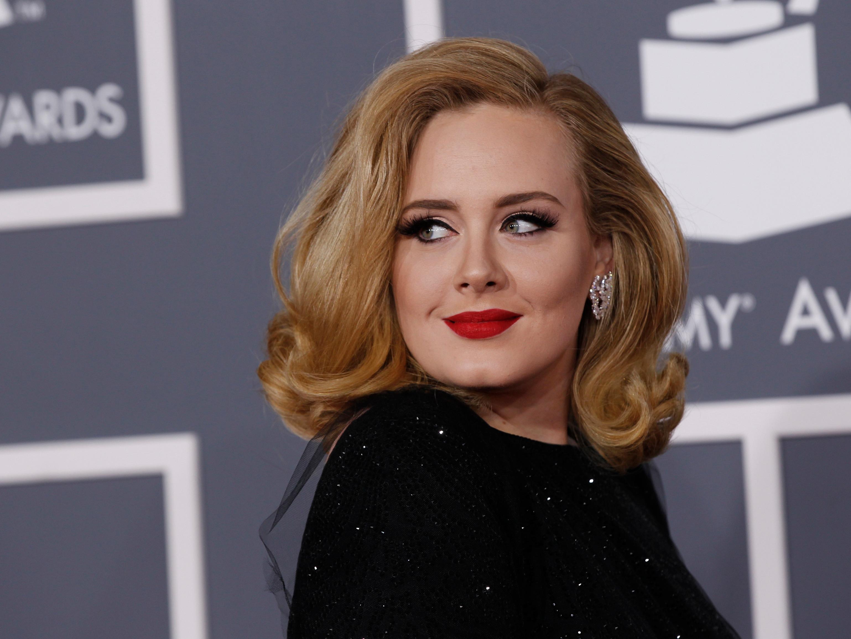 """Adele terrorizzata dalle malattie ingaggia un medico: """"Deciderà con chi posso parlare"""""""