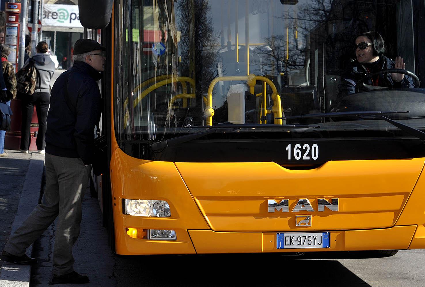 Roma, ragazzo 21enne aggredisce passeggeri a bordo di un autobus