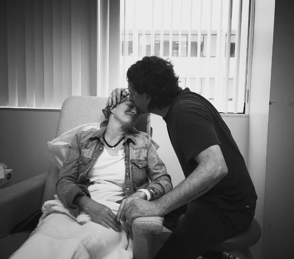 Shannen Dhoerty e la foto con il marito nel giorno della chemio