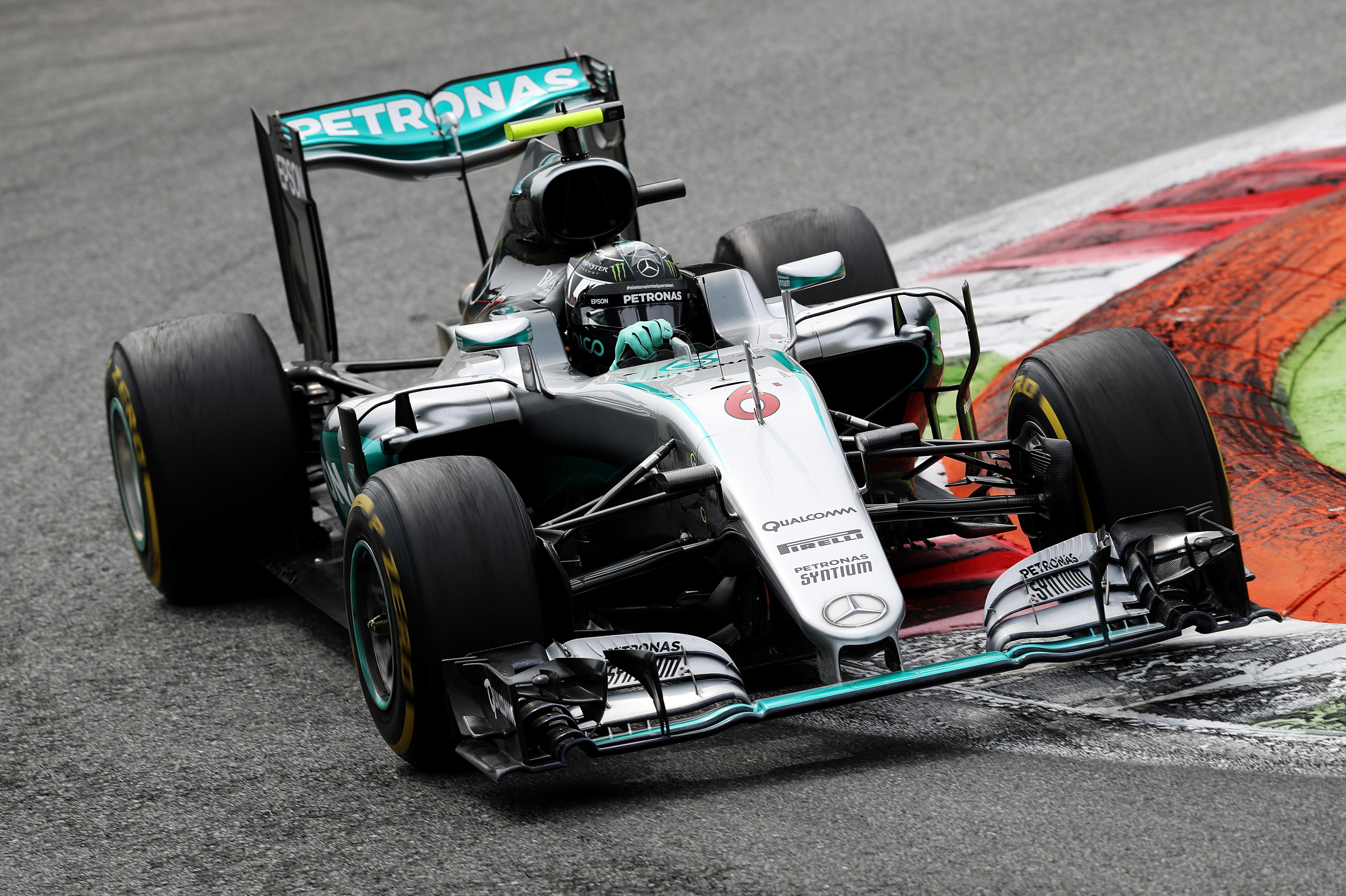 Briciole e mal di pancia per la Ferrari La vetta per Rosberg