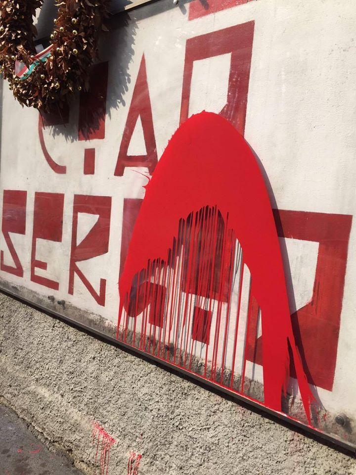 Vernice rossa per imbrattare il murale di Ramelli