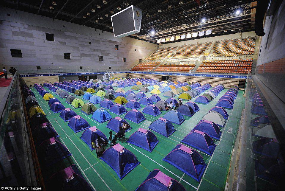 """Cina, studenti mammomi: fuori l'università con le """"tende dell'amore"""""""