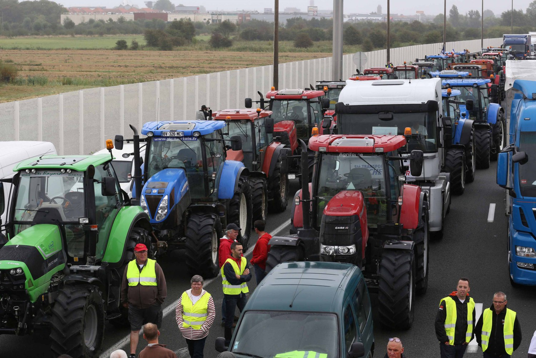"Calais, camionisti in rivolta: ""Basta migranti, cacciateli via"""