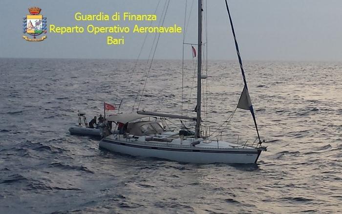 Puglia, fermato veliero: trasportava 50 migranti