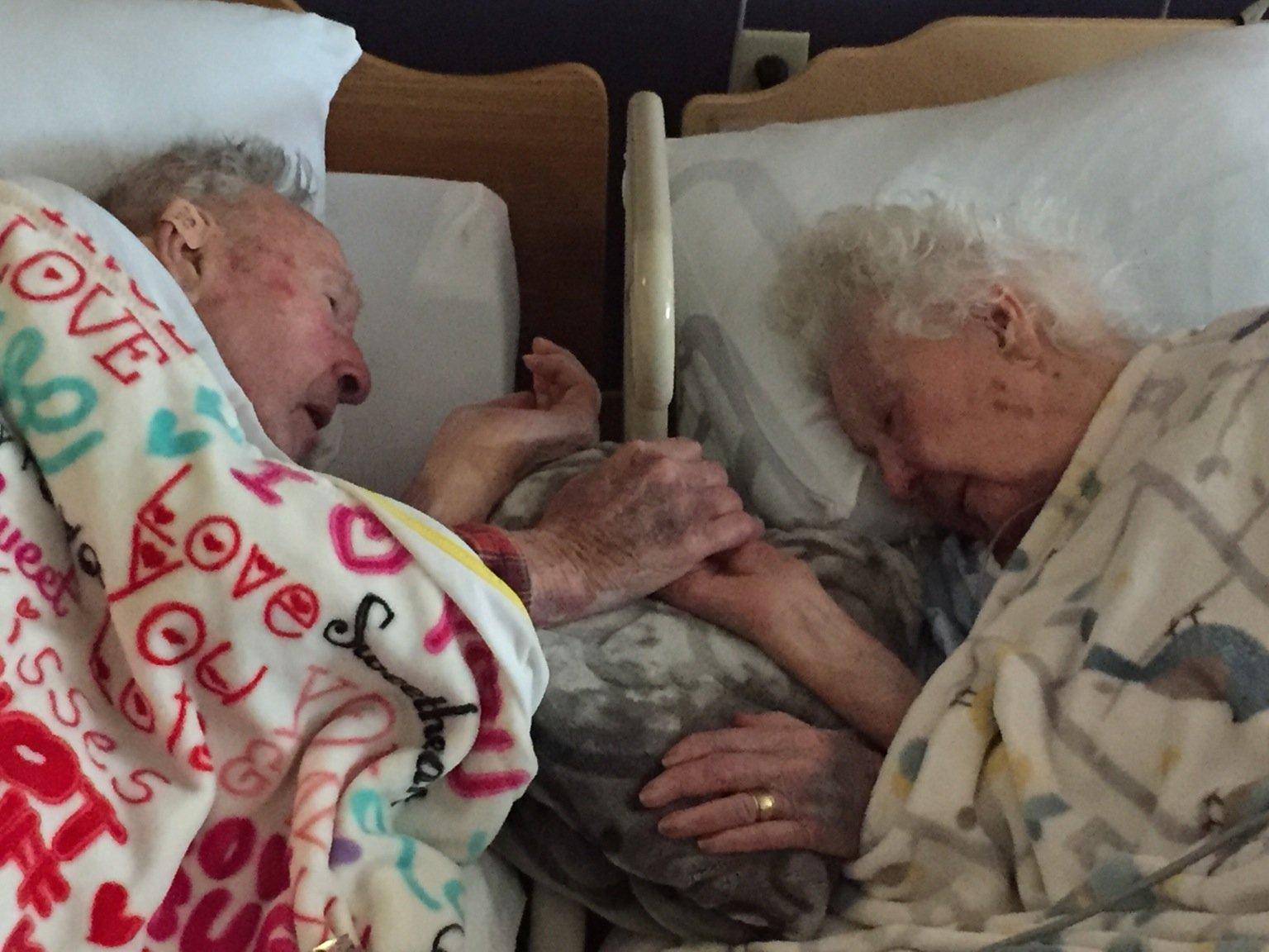 Dopo 77 anni di vita insieme neanche la morte li separa. E questa foto lo dimostra