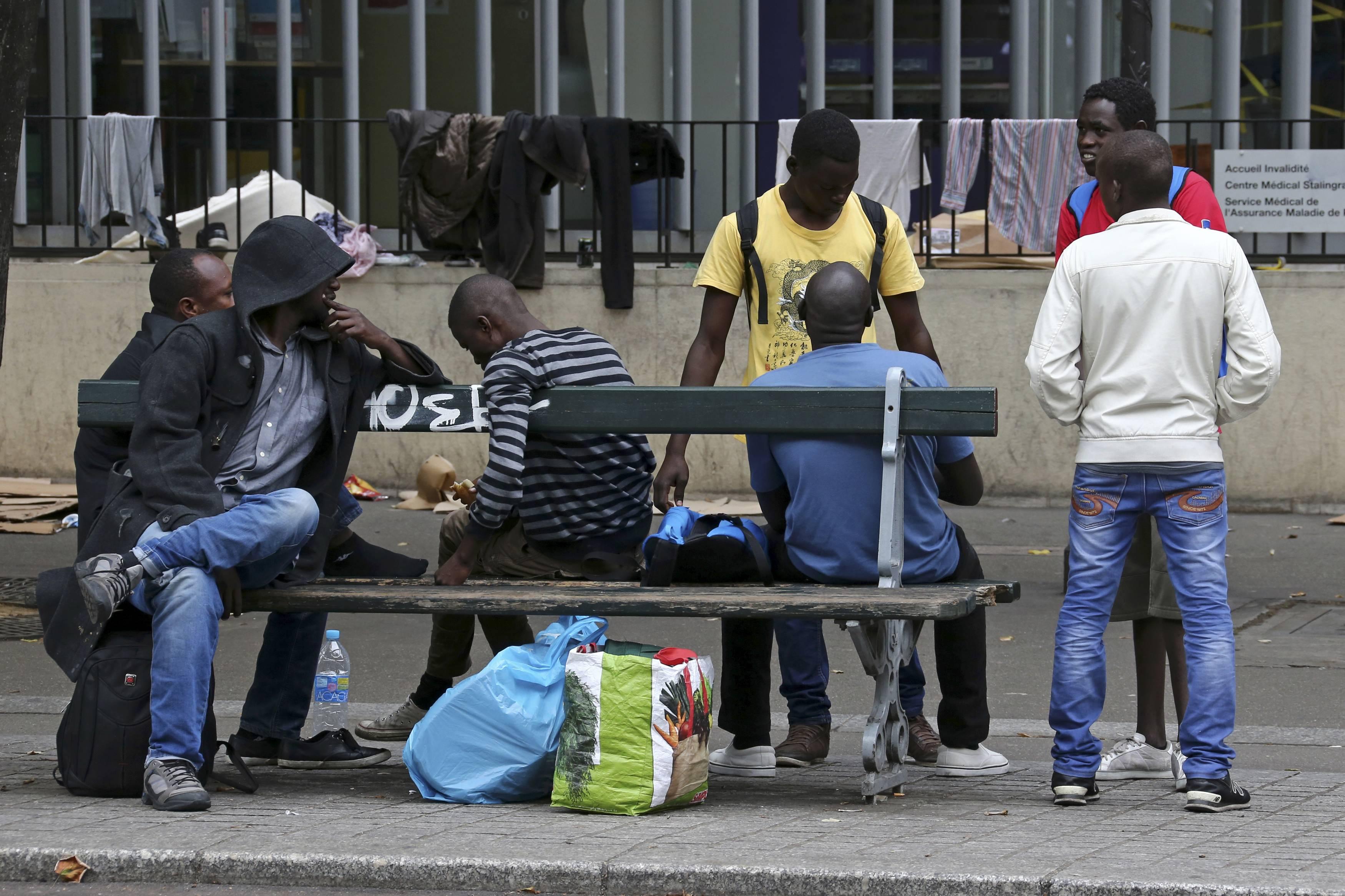 Migrante rifiuta panino e lo scaglia sulla donna
