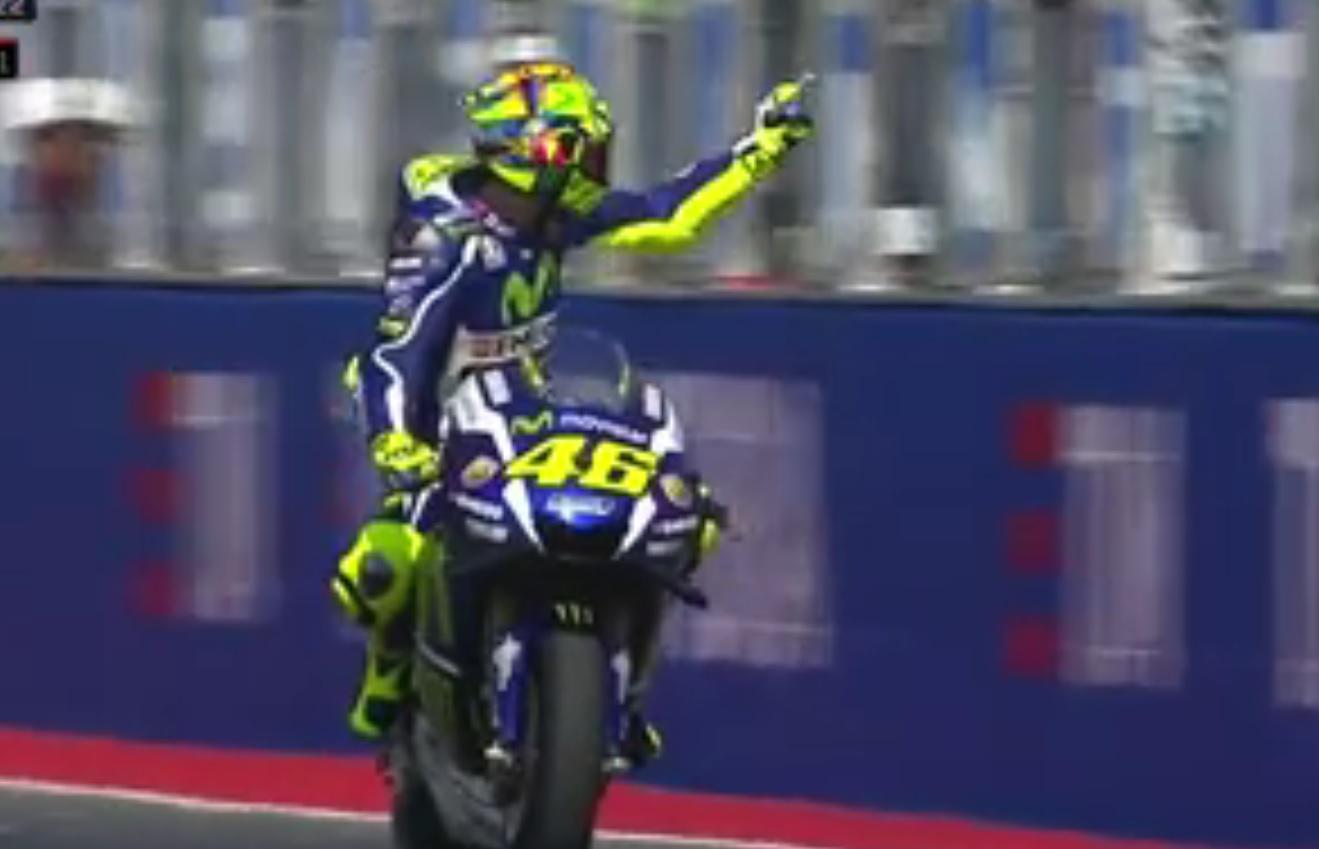 MotoGp, Rossi fa il dito medio a Espargaro