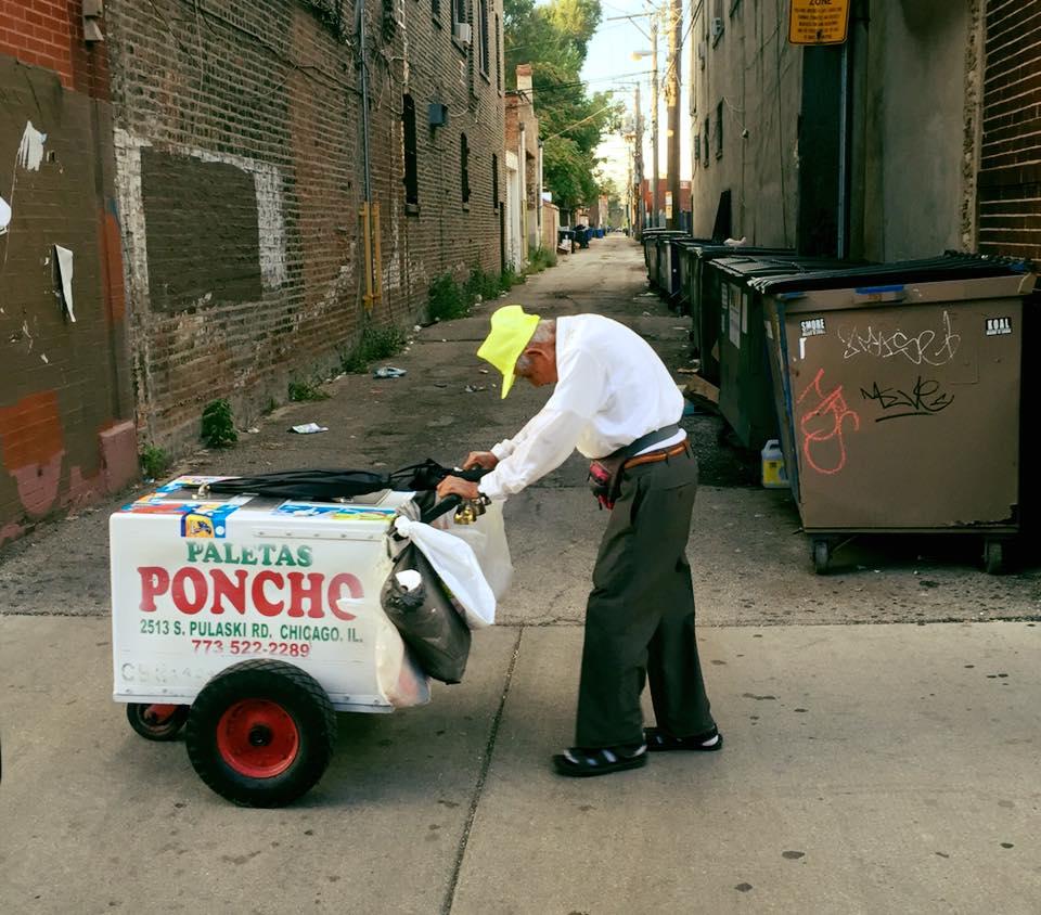 Quest'uomo ha commosso tutti: a 89 vende ghiaccioli per curare la moglie malata