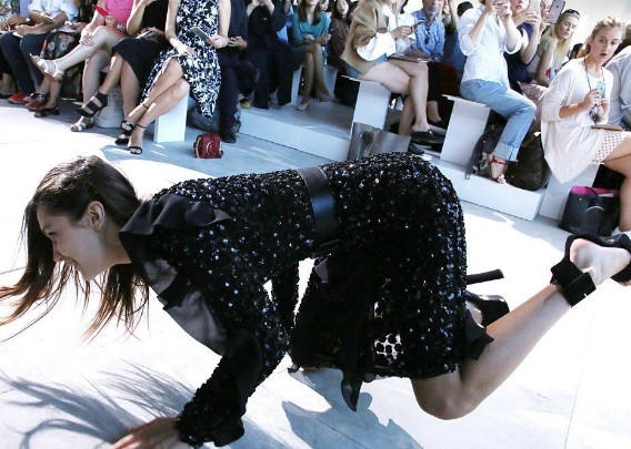 Bella Hadid sfila per Michael Kors e cade (clamorosamente) in passerella