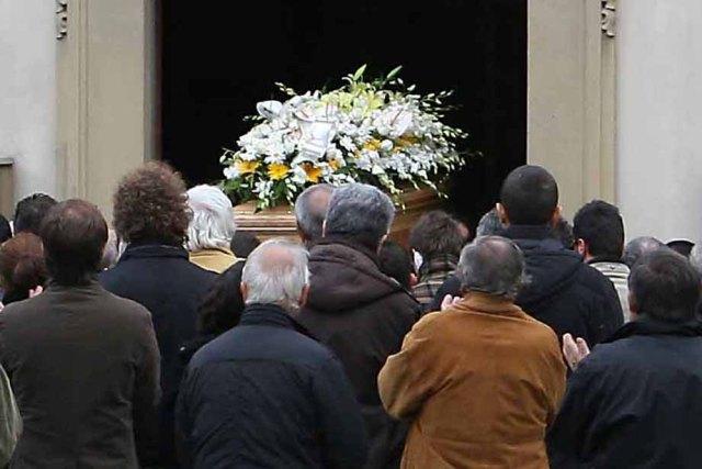 Va al funerale della moglie e scopre di essere morto: l'errore madornale nel necrologio