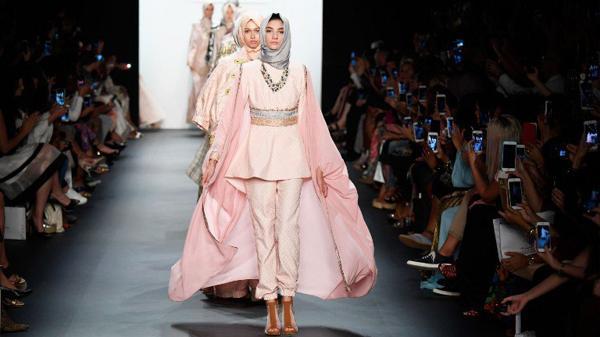 New York Fashion Week, per la prima volta le modelle sfilano con il velo