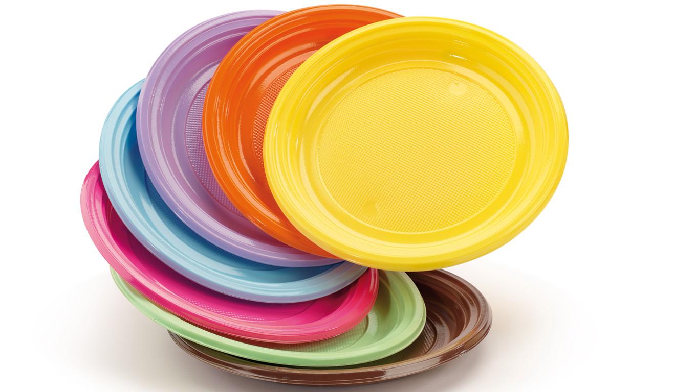 Piatti di plastica addio: in Francia consentite solo stoviglie di carta