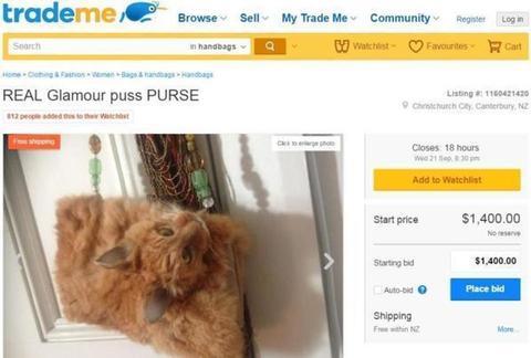 Trova un gatto morto e lo trasforma in borsa. Pioggia di critiche per la donna