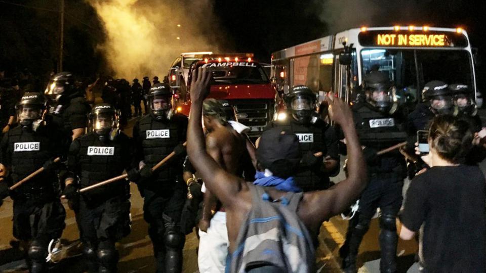 """""""Trattati male perché siamo neri"""", bimba di Charlotte in lacrime"""
