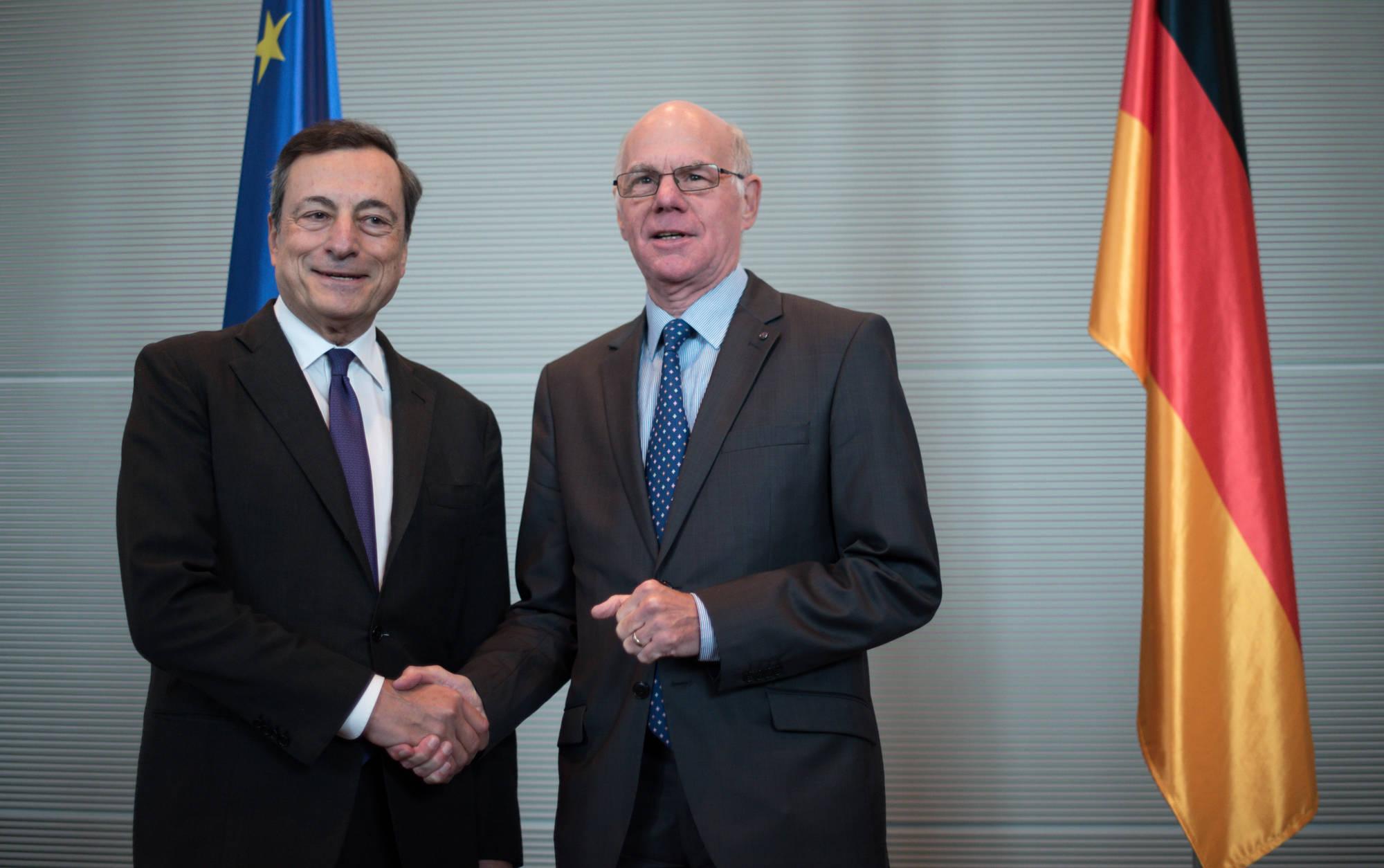 """Draghi striglia i tedeschi: """"Grazie alla Bce avete risparmiato 28 miliardi di interessi"""""""