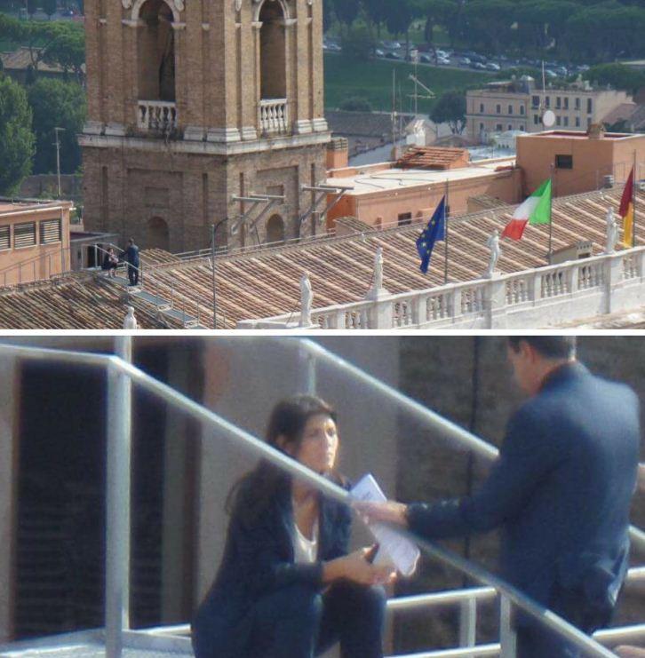 Virginia Raggi fotografata sul tetto del Campidoglio